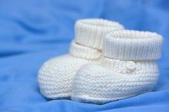 Bootees brancos do bebê Imagens de Stock