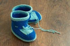 Bootees do bebê handmade feito malha Foto de Stock Royalty Free