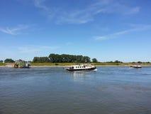 Bootes auf dem Fluss Stockfotos