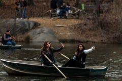 Bootfahrt auf dem Central Park See Stockfotos