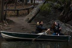 Bootfahrt auf dem Central Park See Lizenzfreie Stockfotos