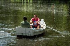 Bootfahrt auf dem Fluss Lizenzfreies Stockfoto