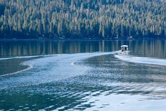 Bootfahrt auf dem See Lizenzfreie Stockfotos