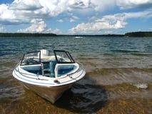 Bootfahrt auf dem See Lizenzfreie Stockfotografie