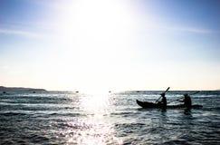 Bootfahrt auf dem Seehintergrund stockfotografie