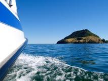 Bootfahrt auf einem ruhigen Hafen. stockfotos