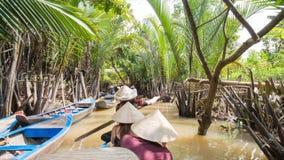 Bootfahrt auf einem schmutzigen Fluss im der Mekong-Delta, Vietnam stockfotografie