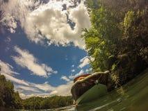 Bootfahrt auf einem See in den Bergen lizenzfreie stockbilder