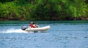 Bootfahrt auf Fluss Lizenzfreie Stockbilder