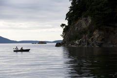 Bootfahrt auf Küste stockbilder