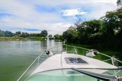 Bootfahrt auf See lizenzfreie stockbilder