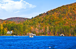 Bootfahrt auf See im Herbst Stockfotografie