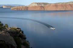 Bootfahrt bei Alcova Reservior lizenzfreie stockfotos