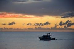 Bootfahrt bei Sonnenuntergang Lizenzfreie Stockbilder