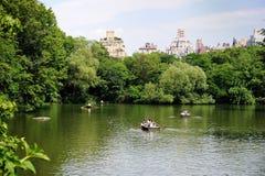Bootfahrt in Central Park an einem heißen Sommertag Lizenzfreie Stockfotos