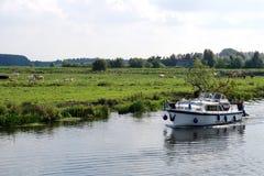 Bootfahrt in den Cambridgeshire-Fennen Lizenzfreies Stockfoto