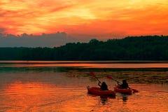 Bootfahrt in den Sonnenuntergang stockbilder