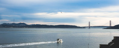 Bootfahrt in der Bucht stockbilder
