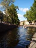 Bootfahrt in der Stadt Stockbilder