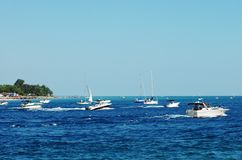 Bootfahrt in einem besetzten See stockfotografie