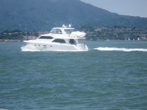 Bootfahrt an einem sonnigen Tag Lizenzfreie Stockbilder