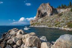 Bootfahrt am Höhlen-Felsen lizenzfreies stockfoto