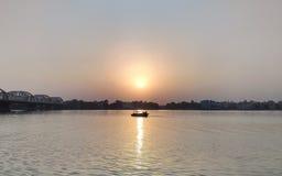 Bootfahrt im Fluss Ganga während des Sonnenuntergangs Stockfotografie