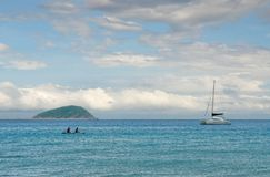 Bootfahrt im Meer Lizenzfreie Stockfotos