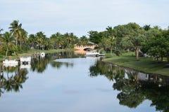 Bootfahrt in Serene Florida Tropical Setting stockfotos