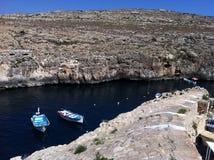 Bootfahrt unter Felsen in Malta Stockfotografie