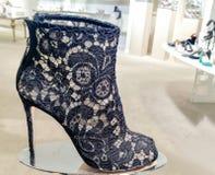 Bootie del dito del piede di pigolio delle donne del pizzo del nero di Dolce e Gabbana Immagini Stock