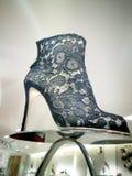 Bootie del dito del piede di pigolio delle donne del pizzo del nero di Dolce e Gabbana Fotografie Stock Libere da Diritti