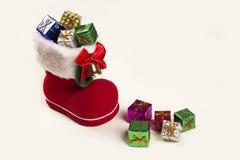 Bootie vermelho de Santa com os presentes do Natal no fundo branco Fotografia de Stock