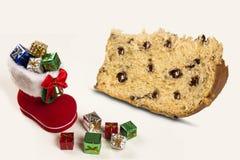 Bootie vermelho de Santa com os presentes do Natal no fundo branco Imagens de Stock Royalty Free