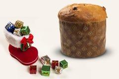 Bootie vermelho de Santa com os presentes do Natal no fundo branco Imagem de Stock Royalty Free