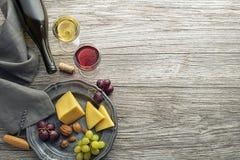 Bootle e vidro do vinho com alimento na tabela de madeira foto de stock