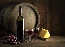 Bootle e vidros do vinho com queijo na tabela de madeira foto de stock royalty free
