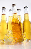 Bootles des Bieres mit Wasser spritzt Lizenzfreies Stockfoto