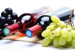 Bootles van wijn met zwart-witte druiven Royalty-vrije Stock Afbeelding
