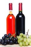 Bootles van wijn met zwart-witte druiven Royalty-vrije Stock Afbeeldingen
