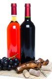 Bootles van wijn met zwarte druiven en een kurketrekker Stock Afbeelding