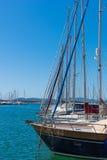 Bootmasten in Alghero-haven stock afbeelding