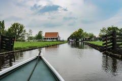 Bootmening van landelijk landbouwgrondkanaal in Noord-Holland stock foto's