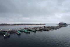 Bootparkeren op water stock afbeelding