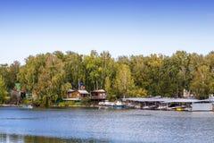 Bootpost op de rivier op de Siberische rivier Royalty-vrije Stock Afbeeldingen