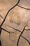 Bootprint in gebarsten aarde stock foto's