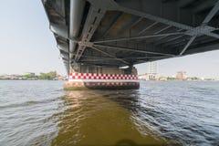 Bootreis onder brug op de Chao Phraya-rivier Royalty-vrije Stock Fotografie