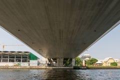 Bootreis onder brug op de Chao Phraya-rivier Stock Foto