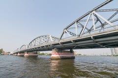 Bootreis onder brug op de Chao Phraya-rivier Stock Afbeelding