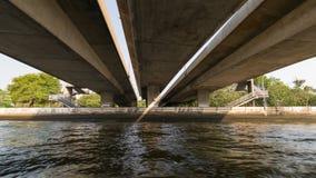 Bootreis onder brug op de Chao Phraya-rivier Royalty-vrije Stock Foto